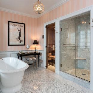Пример оригинального дизайна: огромная главная ванная комната в классическом стиле с отдельно стоящей ванной, душем в нише, белой плиткой, розовыми стенами, мраморной плиткой, полом из мозаичной плитки и душем с распашными дверями
