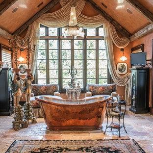 Geräumiges Shabby-Chic-Style Badezimmer En Suite mit freistehender Badewanne, brauner Wandfarbe, Kalkstein und braunem Boden in St. Louis