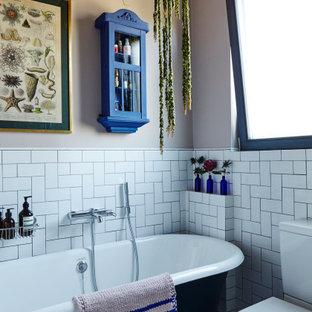 Immagine di una piccola stanza da bagno per bambini classica con nessun'anta, vasca freestanding, doccia ad angolo, WC a due pezzi, piastrelle bianche, piastrelle in ceramica, pareti rosa, pavimento con piastrelle in ceramica, lavabo sospeso, pavimento bianco e porta doccia a battente
