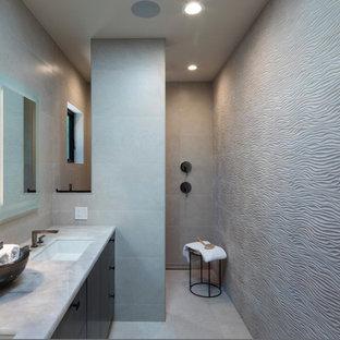 サンフランシスコの中サイズのモダンスタイルのおしゃれなマスターバスルーム (フラットパネル扉のキャビネット、中間色木目調キャビネット、段差なし、一体型トイレ、グレーのタイル、セラミックタイル、グレーの壁、セラミックタイルの床、アンダーカウンター洗面器、珪岩の洗面台、グレーの床、オープンシャワー、ベージュのカウンター) の写真