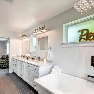 Immagine di una grande stanza da bagno padronale american style con ante in stile shaker, ante bianche, vasca freestanding, doccia aperta, WC monopezzo, piastrelle beige, piastrelle in ceramica, pareti grigie, pavimento con cementine, lavabo sottopiano, top in quarzo composito, pavimento grigio e porta doccia scorrevole
