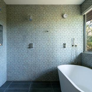 Foto de cuarto de baño retro, sin sin inodoro, con bañera exenta, baldosas y/o azulejos verdes y suelo negro