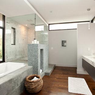 Foto på ett funkis badrum, med mosaik