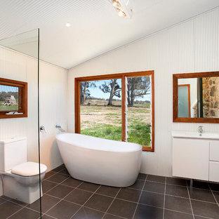 Exempel på ett industriellt badrum, med ett fristående badkar, en öppen dusch och med dusch som är öppen