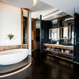 Idee per un'ampia stanza da bagno padronale tropicale con nessun'anta, ante in legno scuro, vasca freestanding, zona vasca/doccia separata, parquet scuro e top in quarzo composito