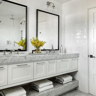Maritimes Badezimmer mit Schrankfronten mit vertiefter Füllung, weißen Schränken, weißen Fliesen, weißer Wandfarbe, Mosaik-Bodenfliesen, Unterbauwaschbecken, grauem Boden und grauer Waschtischplatte in Orange County