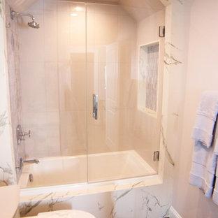 Inspiration för ett mellanstort funkis flerfärgad flerfärgat badrum, med möbel-liknande, ett platsbyggt badkar, en dusch/badkar-kombination, beige kakel, stickkakel, beige väggar, mellanmörkt trägolv, bänkskiva i kvartsit, beiget golv och dusch med gångjärnsdörr
