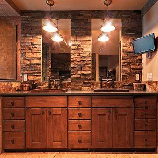 サクラメントのラスティックスタイルのおしゃれな浴室の写真