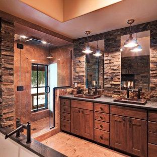 Rustik inredning av ett badrum, med ett nedsänkt handfat, skåp i shakerstil, skåp i mellenmörkt trä, en dusch i en alkov, stenkakel och brun kakel
