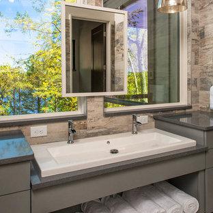 Ispirazione per una grande stanza da bagno padronale tradizionale con lavabo rettangolare, ante grigie, ante lisce, piastrelle marroni, pareti beige, top in quarzo composito e top grigio