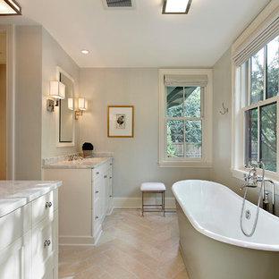 Immagine di una stanza da bagno tradizionale con vasca freestanding