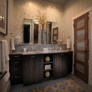 Inspiration för ett mellanstort rustikt en-suite badrum, med ett undermonterad handfat, skåp i mörkt trä, marmorbänkskiva, grå kakel, porslinskakel, beige väggar, klinkergolv i porslin och släta luckor
