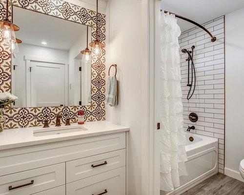 Stanza da bagno con pavimento in vinile e piastrelle di cemento