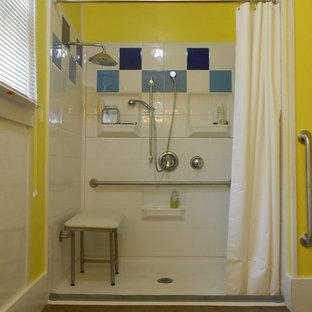 Foto di una stanza da bagno padronale eclettica di medie dimensioni con doccia a filo pavimento, pareti gialle, pavimento in sughero, piastrelle di ciottoli, pavimento marrone e doccia con tenda