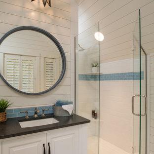 Maritim inredning av ett stort flerfärgad flerfärgat badrum med dusch, med möbel-liknande, en hörndusch, vit kakel, tunnelbanekakel, vita väggar, klinkergolv i porslin, ett undermonterad handfat, granitbänkskiva, flerfärgat golv och dusch med gångjärnsdörr