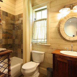 На фото: маленькие ванные комнаты в стиле рустика с накладной раковиной, столешницей из дерева, плиткой из сланца, коричневой столешницей, фасадами с утопленной филенкой, фасадами цвета дерева среднего тона, ванной в нише, душем над ванной, раздельным унитазом, коричневой плиткой, бежевыми стенами, душевой кабиной и шторкой для душа