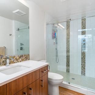 Inspiration för mellanstora moderna vitt badrum, med släta luckor, skåp i mellenmörkt trä, en dusch i en alkov, en toalettstol med separat cisternkåpa, vit kakel, tunnelbanekakel, vita väggar, bambugolv, ett undermonterad handfat, bänkskiva i kvarts, brunt golv och dusch med skjutdörr