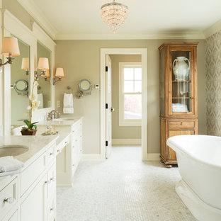 Foto di una stanza da bagno country con lavabo sottopiano, vasca freestanding e top in marmo