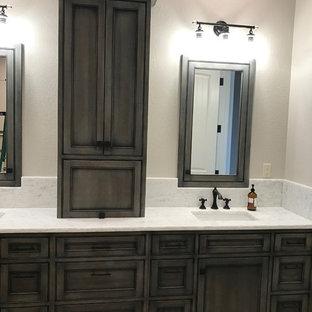 Foto di una grande stanza da bagno padronale stile marino con ante a filo, ante grigie, pareti grigie, pavimento in mattoni, lavabo sottopiano, top in quarzite e pavimento grigio
