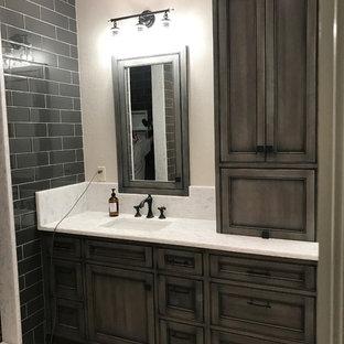 Esempio di una grande stanza da bagno padronale stile marinaro con ante a filo, ante grigie, pareti grigie, pavimento in mattoni, lavabo sottopiano, top in quarzite e pavimento grigio
