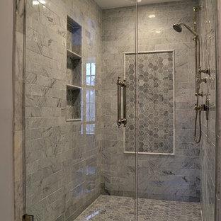 Mittelgroßes Klassisches Badezimmer En Suite mit integriertem Waschbecken, verzierten Schränken, dunklen Holzschränken, Marmor-Waschbecken/Waschtisch, Doppeldusche, Toilette mit Aufsatzspülkasten, weißen Fliesen, Terrakottafliesen, weißer Wandfarbe und Mosaik-Bodenfliesen in Chicago
