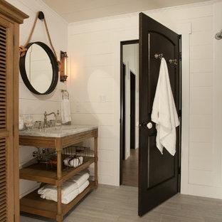 Imagen de cuarto de baño rústico con combinación de ducha y bañera y bañera empotrada
