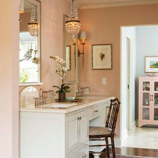 Foto de cuarto de baño tradicional con lavabo bajoencimera, armarios tipo mueble, puertas de armario blancas y suelo de madera oscura