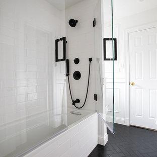 Idéer för ett litet klassiskt vit badrum med dusch, med skåp i shakerstil, vita skåp, ett platsbyggt badkar, en dusch/badkar-kombination, en toalettstol med separat cisternkåpa, vit kakel, porslinskakel, vita väggar, kalkstensgolv, ett undermonterad handfat, bänkskiva i kvarts, svart golv och dusch med gångjärnsdörr
