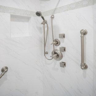 Esempio di una stanza da bagno padronale classica di medie dimensioni con ante in stile shaker, ante bianche, doccia ad angolo, piastrelle bianche, piastrelle in ceramica, pareti bianche, pavimento in vinile, lavabo a bacinella e top in quarzo composito