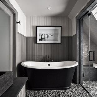 Esempio di una stanza da bagno stile rurale con ante grigie, vasca freestanding, doccia alcova, piastrelle grigie, piastrelle diamantate, pareti grigie, pavimento con piastrelle di ciottoli, lavabo a bacinella, pavimento nero, top nero, panca da doccia e boiserie