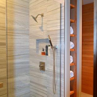 Неиссякаемый источник вдохновения для домашнего уюта: детская ванная комната среднего размера в стиле лофт с фасадами островного типа, коричневыми фасадами, душем в нише, писсуаром, разноцветной плиткой, керамогранитной плиткой, коричневыми стенами, полом из керамогранита, врезной раковиной, столешницей из гранита, бежевым полом и душем с распашными дверями