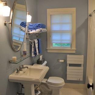 Foto de cuarto de baño con ducha, clásico, pequeño, con lavabo con pedestal, bañera empotrada, combinación de ducha y bañera, sanitario de dos piezas, baldosas y/o azulejos blancos, baldosas y/o azulejos de cerámica, paredes azules y suelo de linóleo