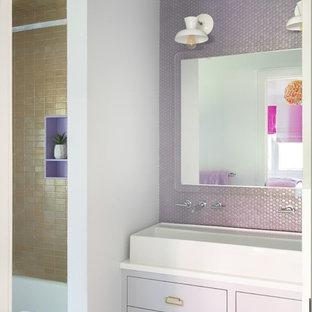 Diseño de cuarto de baño infantil, actual, de tamaño medio, con armarios con paneles lisos, puertas de armario violetas, bañera esquinera, combinación de ducha y bañera, paredes blancas, lavabo de seno grande, encimera de cuarcita y encimeras blancas