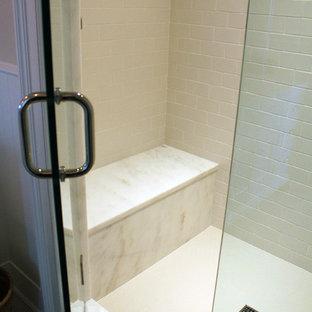Foto de cuarto de baño principal, rural, con armarios con rebordes decorativos, puertas de armario blancas, encimera de acrílico, ducha abierta, baldosas y/o azulejos blancos, baldosas y/o azulejos en mosaico, paredes beige y suelo de baldosas de porcelana