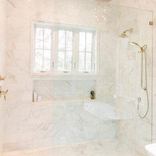 Foto på ett stort maritimt vit en-suite badrum, med öppna hyllor, ett fristående badkar, en kantlös dusch, en toalettstol med separat cisternkåpa, vit kakel, porslinskakel, vita väggar, marmorgolv, ett undermonterad handfat, marmorbänkskiva, vitt golv och med dusch som är öppen