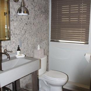 Idéer för mellanstora vintage badrum med dusch, med öppna hyllor, skåp i mörkt trä, en toalettstol med separat cisternkåpa, grå kakel, kakel i småsten, grå väggar, mörkt trägolv, brunt golv, en dusch i en alkov och dusch med gångjärnsdörr