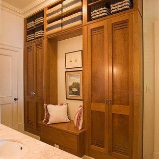 アトランタの大きいトランジショナルスタイルのおしゃれな浴室 (オープン型シャワー、一体型トイレ、ベージュの壁、トラバーチンの床、アンダーカウンター洗面器) の写真
