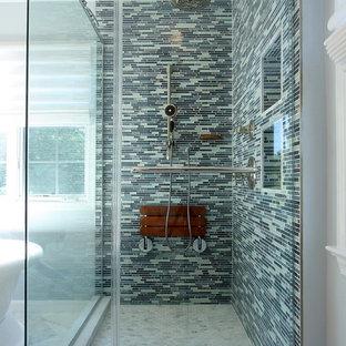 Новые идеи обустройства дома: главная ванная комната среднего размера в современном стиле с душем в нише, синей плиткой, удлиненной плиткой, фасадами в стиле шейкер, темными деревянными фасадами, отдельно стоящей ванной, синими стенами, мраморным полом, врезной раковиной и мраморной столешницей