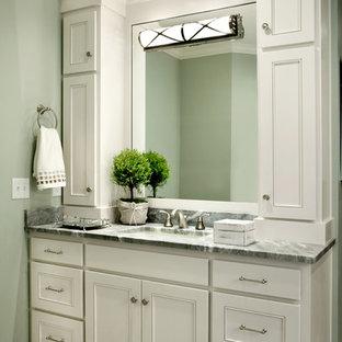 Immagine di una stanza da bagno padronale tradizionale di medie dimensioni con ante con riquadro incassato, ante bianche, top in granito, piastrelle grigie, piastrelle in ceramica, vasca da incasso, lavabo sottopiano, pavimento con piastrelle in ceramica e pareti verdi