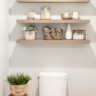 Idéer för stora lantliga vitt badrum med dusch, med släta luckor, bruna skåp, en hörndusch, en toalettstol med separat cisternkåpa, vit kakel, keramikplattor, grå väggar, klinkergolv i porslin, ett undermonterad handfat, bänkskiva i kvarts, flerfärgat golv och dusch med gångjärnsdörr