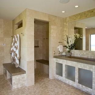 Modelo de cuarto de baño contemporáneo con lavabo de seno grande, armarios tipo vitrina, baldosas y/o azulejos beige y ducha a ras de suelo