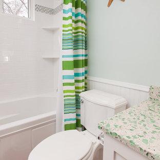 Bild på ett maritimt grön grönt badrum för barn, med bänkskiva i återvunnet glas och mosaik