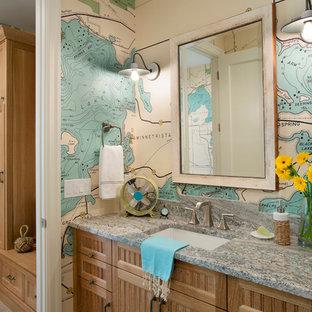 Imagen de cuarto de baño costero con armarios estilo shaker, puertas de armario de madera oscura, paredes multicolor, lavabo bajoencimera y encimeras grises