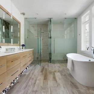 Ispirazione per una stanza da bagno country con ante lisce, ante in legno scuro, vasca freestanding, doccia a filo pavimento, piastrelle beige, pareti bianche, lavabo sottopiano, pavimento grigio, porta doccia a battente e top bianco