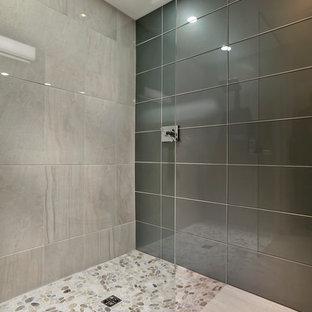 Idee per una piccola stanza da bagno con doccia contemporanea con lavabo sottopiano, ante lisce, ante bianche, top in quarzo composito, doccia a filo pavimento, WC monopezzo, piastrelle grigie, piastrelle di vetro, pareti multicolore e pavimento in gres porcellanato