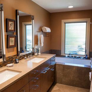 Foto de cuarto de baño principal, actual, de tamaño medio, con armarios con paneles lisos, puertas de armario de madera oscura, bañera encastrada sin remate, ducha esquinera, baldosas y/o azulejos marrones, baldosas y/o azulejos multicolor, baldosas y/o azulejos naranja, baldosas y/o azulejos de vidrio, paredes marrones, suelo de mármol, lavabo bajoencimera y encimera de cuarzo compacto