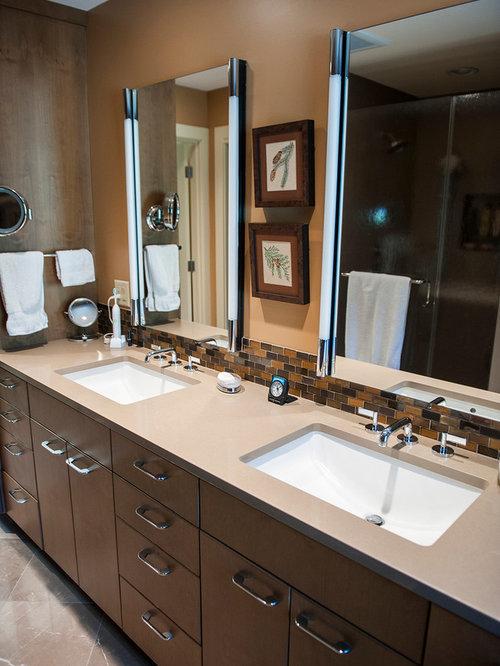 Salle de bain avec un carrelage orange et un mur marron for Taille moyenne salle de bain