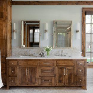 Ejemplo de cuarto de baño principal, rústico, con armarios estilo shaker, puertas de armario de madera oscura, bañera exenta, baldosas y/o azulejos blancos, baldosas y/o azulejos de cemento, paredes verdes, lavabo bajoencimera, suelo beige y encimeras beige