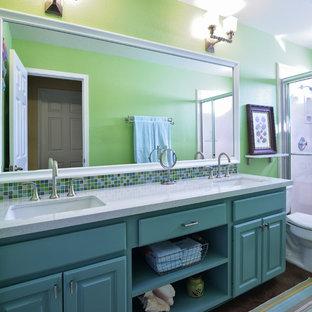Foto de cuarto de baño con ducha, tradicional, de tamaño medio, con lavabo bajoencimera, armarios con paneles con relieve, puertas de armario turquesas, ducha empotrada, sanitario de dos piezas, baldosas y/o azulejos multicolor, encimera de cuarcita, paredes verdes y suelo de cemento