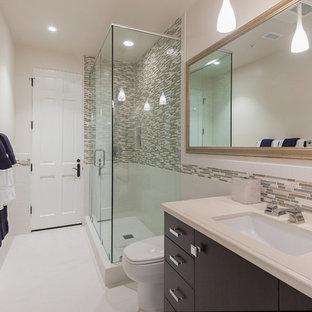 Immagine di una stanza da bagno con doccia mediterranea di medie dimensioni con lavabo integrato, ante lisce, ante beige, top in marmo, doccia ad angolo, WC monopezzo, piastrelle multicolore, pareti multicolore, pavimento in marmo e piastrelle a listelli